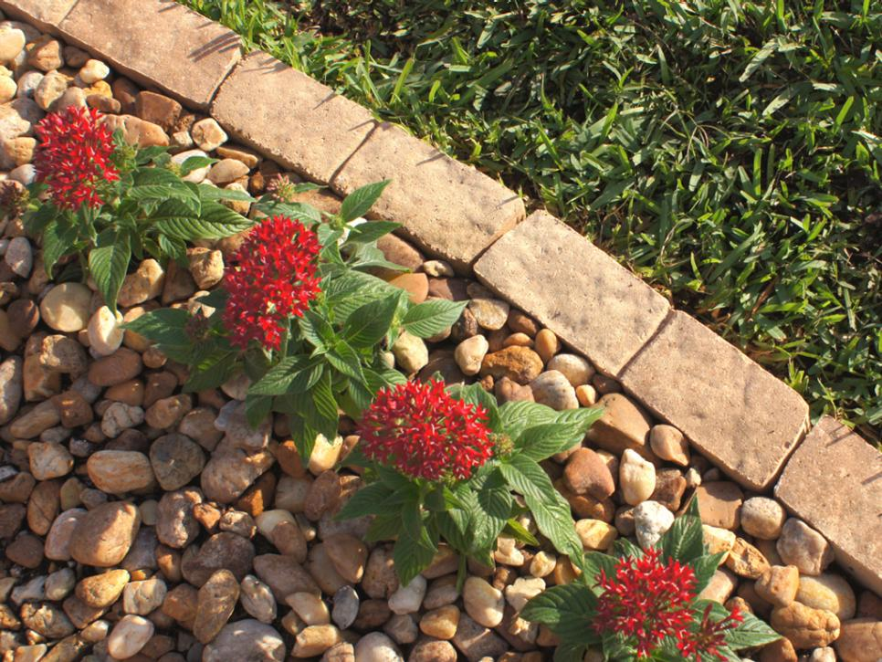 HOW TO INSTALL THE PERFECT BORDER FOR YOUR GARDEN FEATURE